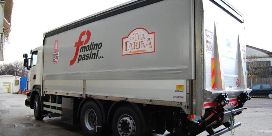 Motrice per trasporto di farina e derivati dal mulino