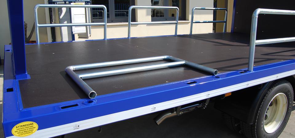 Allestimento autotrasporto con pali laterali sfilabili du pianale multistrato - Officine BPM