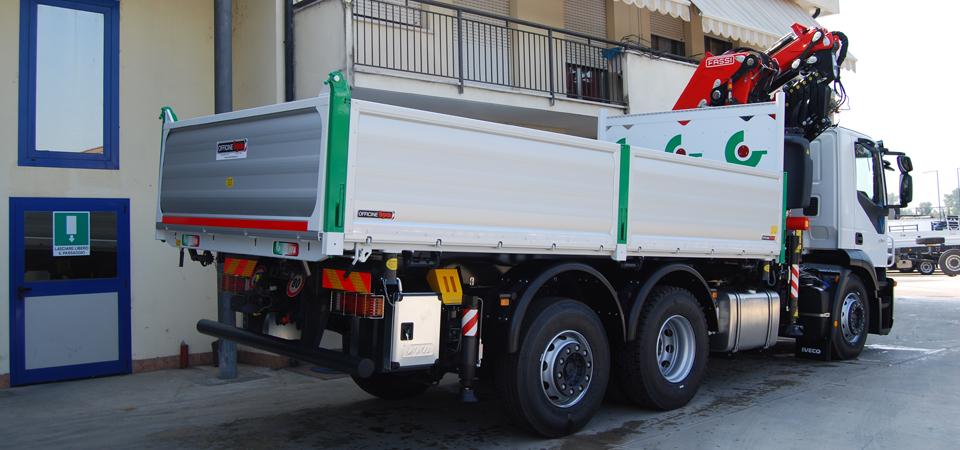 Allestimento camion restauri e demolizioni paracabina con logo - Officine BPM