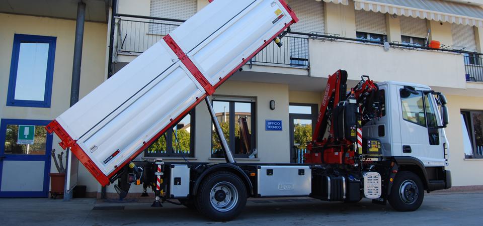allestimento IVECO 75E18 con gru FASSI retro cabina - Officine BPM
