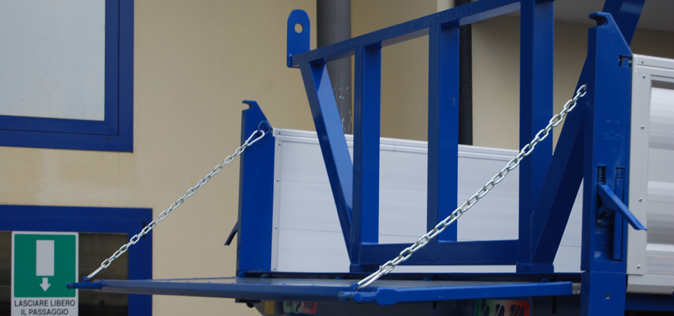Allestimento IVECO ML 150E28WS 4x4 catena sponda posteriore e porta pali