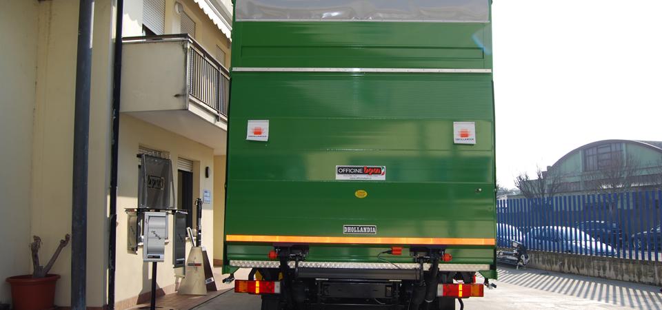 Camion con sponda caricatrice idraulica