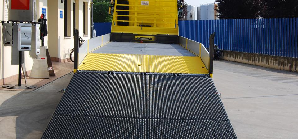 allestimento autocarro con code inclinate e rampa di carico idraulica a due ripiegamenti
