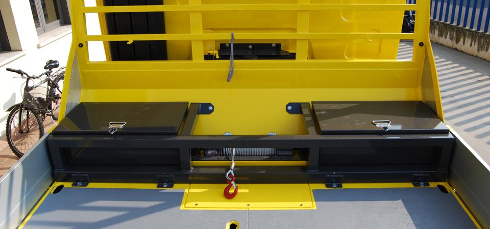 allestimento camion con vasche porta-oggetti che riparano il verricello