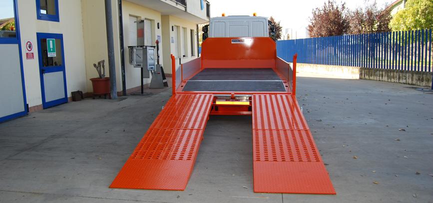 Allestimento IVECO trasporto miniescavatori e minipala con rampe e pianale ribassato