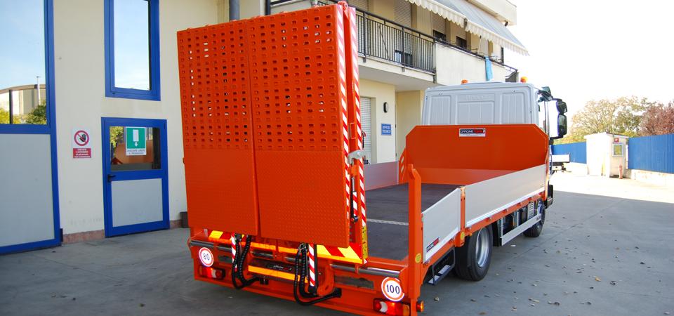 Allestimento camion trasporto escavatori con traslazione rampe idraulica
