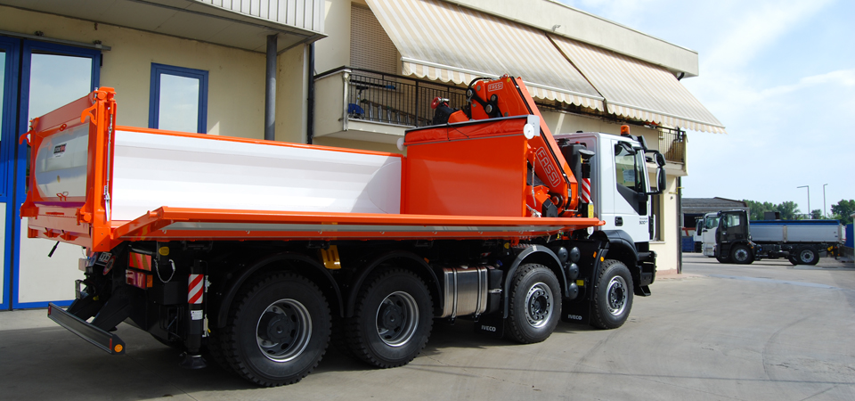 allestimento IVECO trakker con sponde idrauliche rinforzate