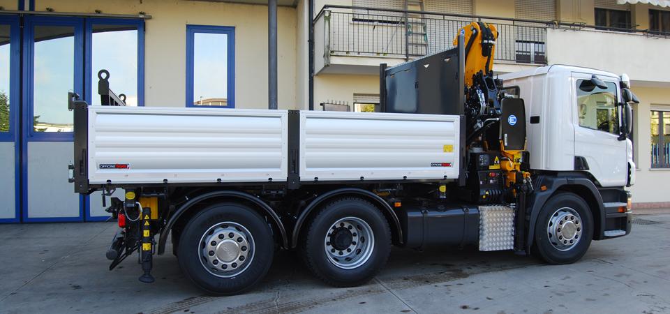 camion allestito con cassone ribaltabile trilaterale con sponde in alluminio rinforzato