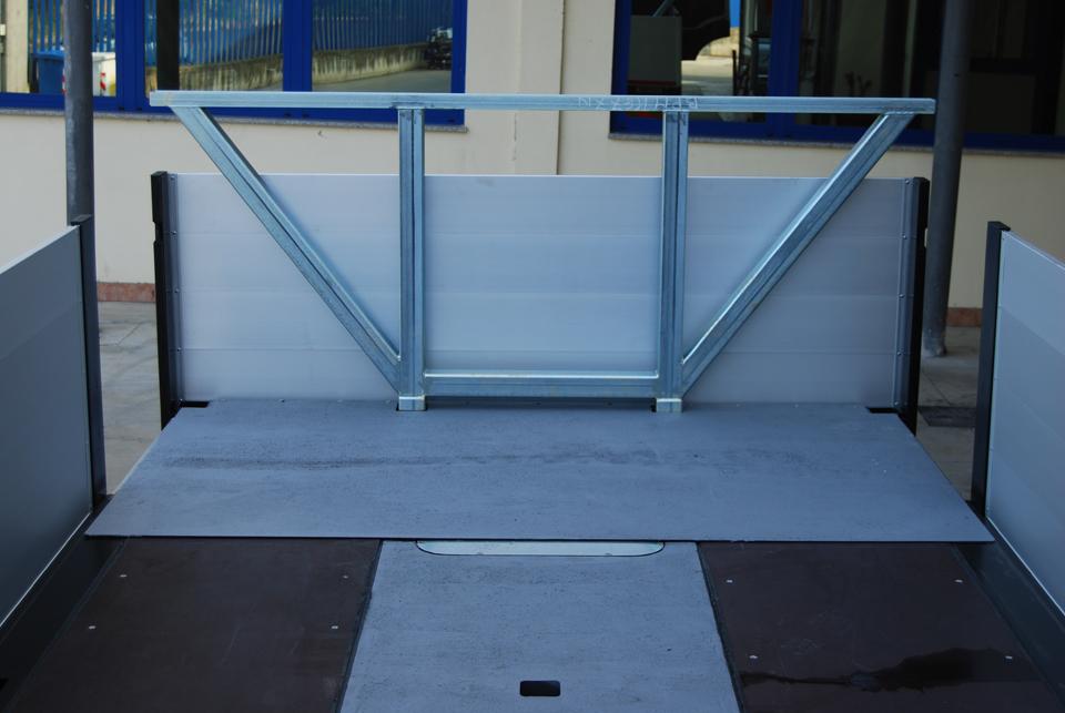 Cassone allungabile idraulicamente e cavalletto porta pali posteriore