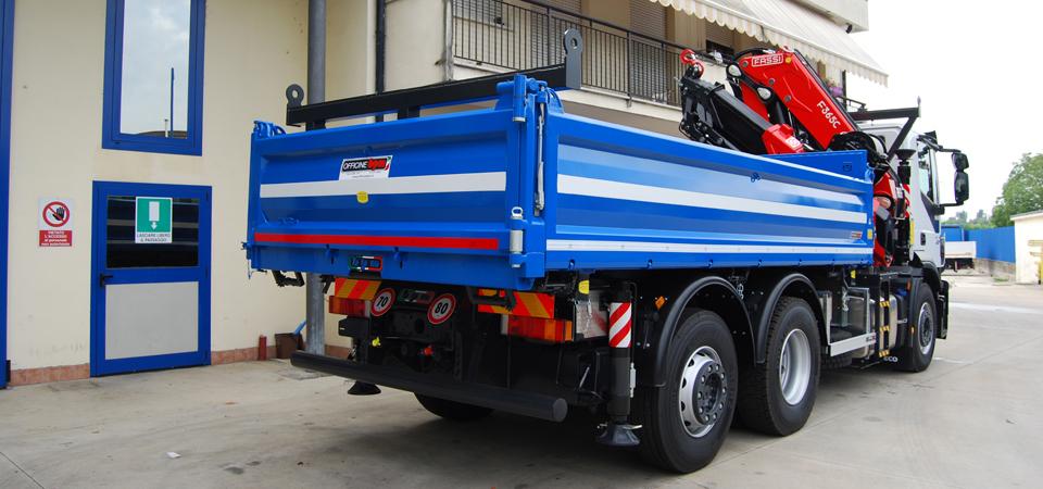 Allestimento-Iveco-Stralis-per-aziende-di-costruzione-con-cassone-ribaltabile-e-cavalletto-portapali-anteriore_S
