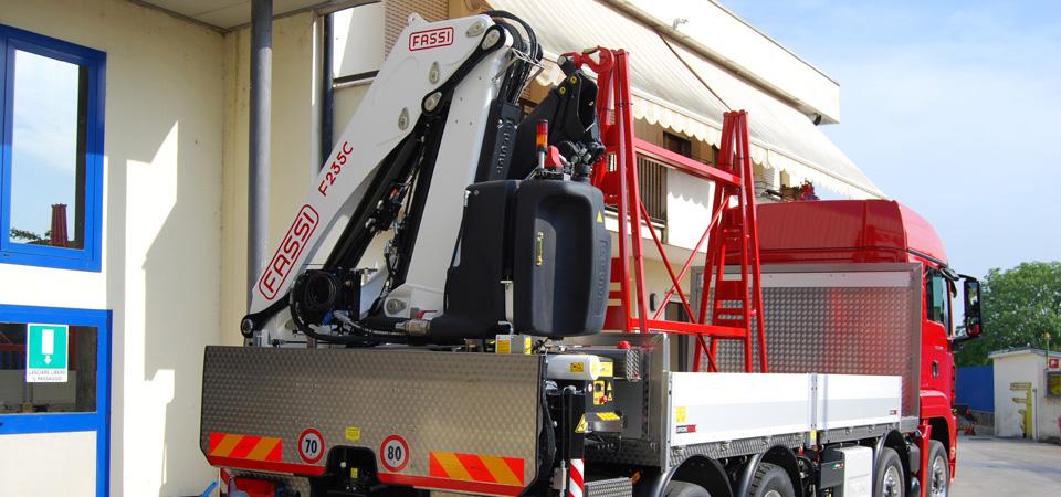 Allestimento-per-il-trasporto-di-vetro-e-lastre-con-gru-fassi-retrocassone