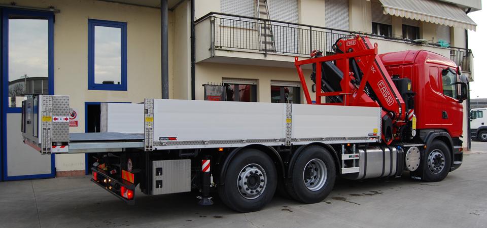 Allestimento-per-traslochi-industriali-con-piano-di-carico-allungabile-idraulicamente