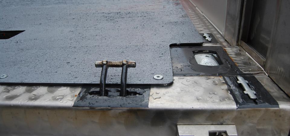 Allestimento-per-traslochi-industriali-e-trasporto-macchinari-con-attacchi-twist-lock-per-container