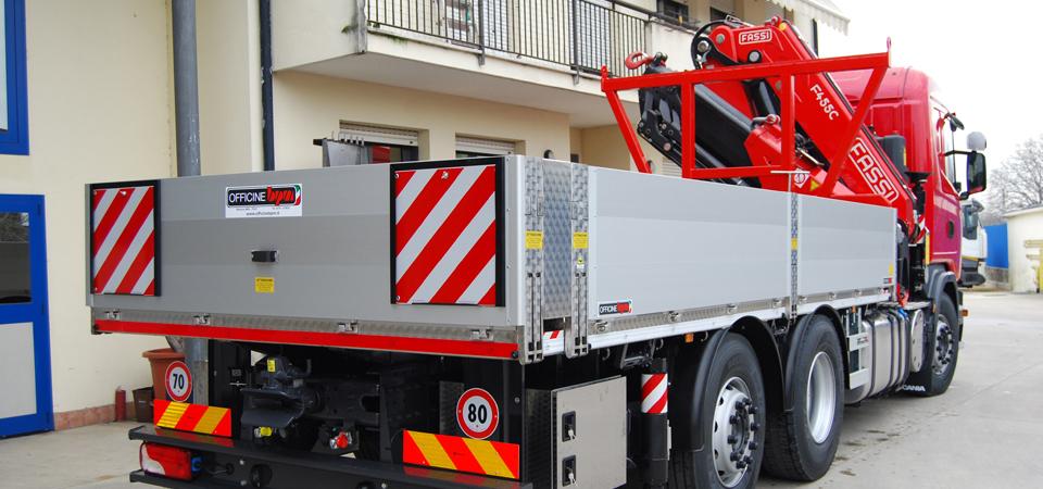 Allestimento-per-traslochi-industriali-e-trasporto-macchinari-con-gru-fassi-F455RAC