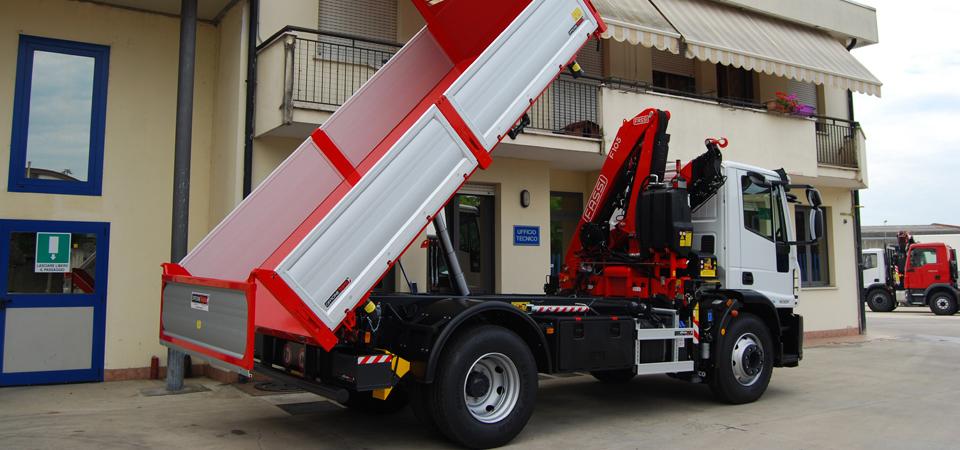 Allestimento per il settore edile e trasporto inerti con cassone ribaltabile trilaterale
