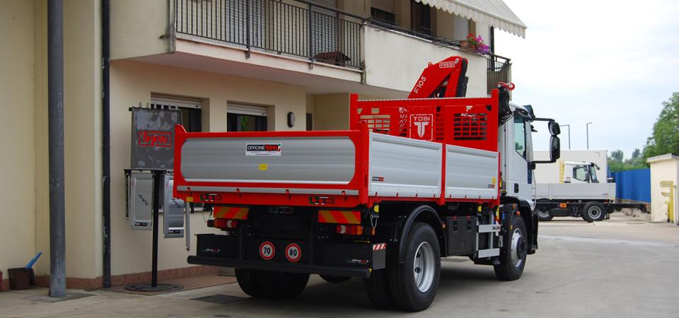 Allestimento per il settore edile e trasporto inerti con gru fassi