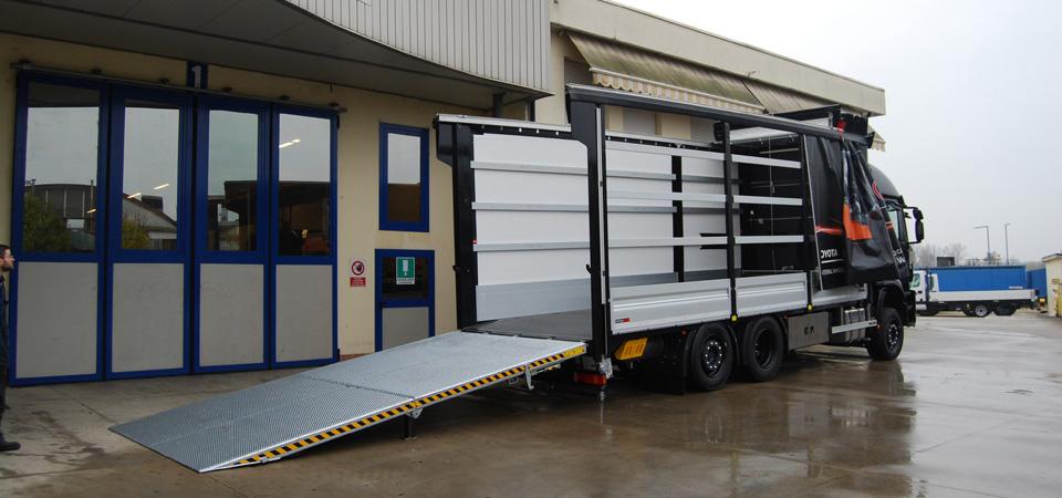 Allestimento-IVECO-STRALIS--per-trasporto-di-carrelli-elevatori-con-centina-fissa-con-teli-laterali-scorrevoli