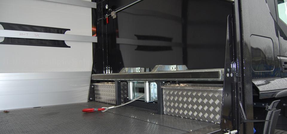 Allestimento-IVECO-STRALIS--per-trasporto-di-carrelli-elevatori-con-verricello-con-portata-8000-kg