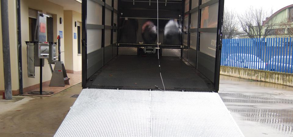 Allestimento-IVECO-per-trasporto-di-carrelli-elevatori-con-rampa-di-carico-posteriore-idraulica