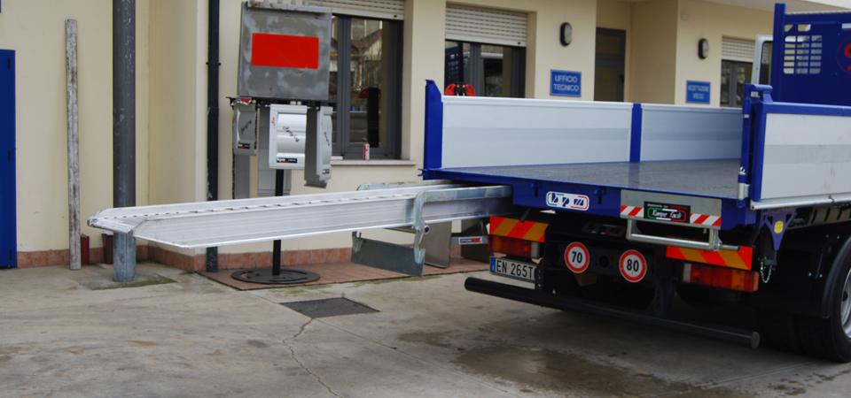 Allestimento-Iveco-120-per-manutenzioni-scavi-ed-impianti-pubblici-con-sistema-rampe-facili