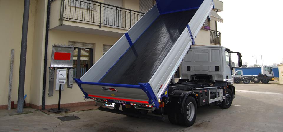 Allestimento-per-manutenzioni-scavi-ed-impianti-pubblici-con-cassone-ribaltabile