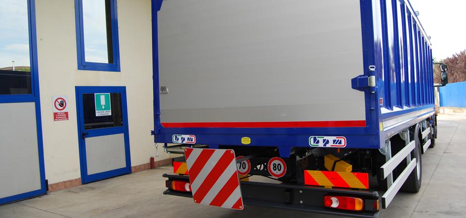 Allestimento-IVECO-140-E22--con-tabella-d'ingombro-posteriore-sfilabile
