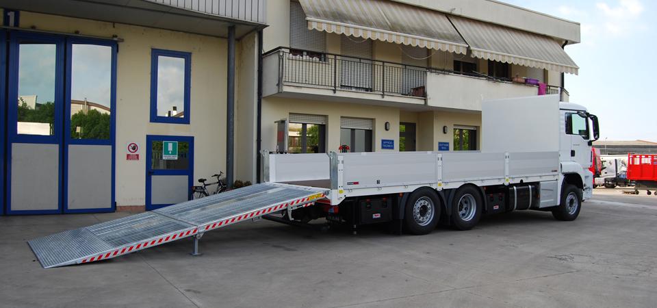 Allestimento-per-trasporto-verghe-in-metallo-con-rampa-di-carico-posteriore
