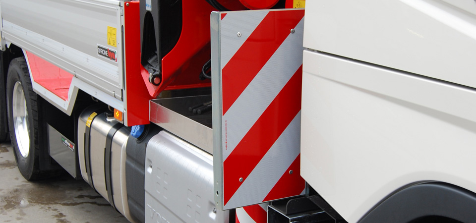 Allestimento-Camion-con-tabelle-d'ingombro-per-carichi-sporgenti