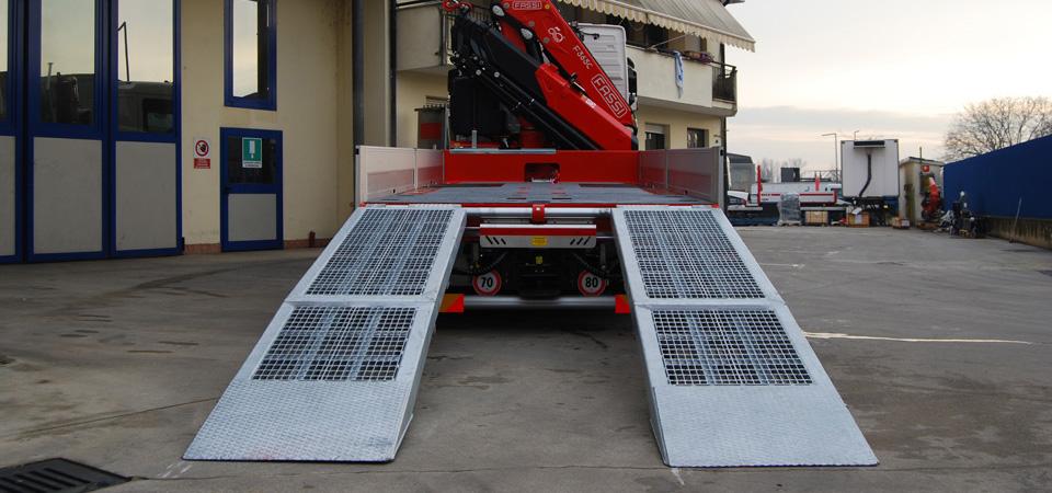 Allestimento-Camion-per-il-settore-agricolo-con-rampe-idrauliche-posteriori-traslabili