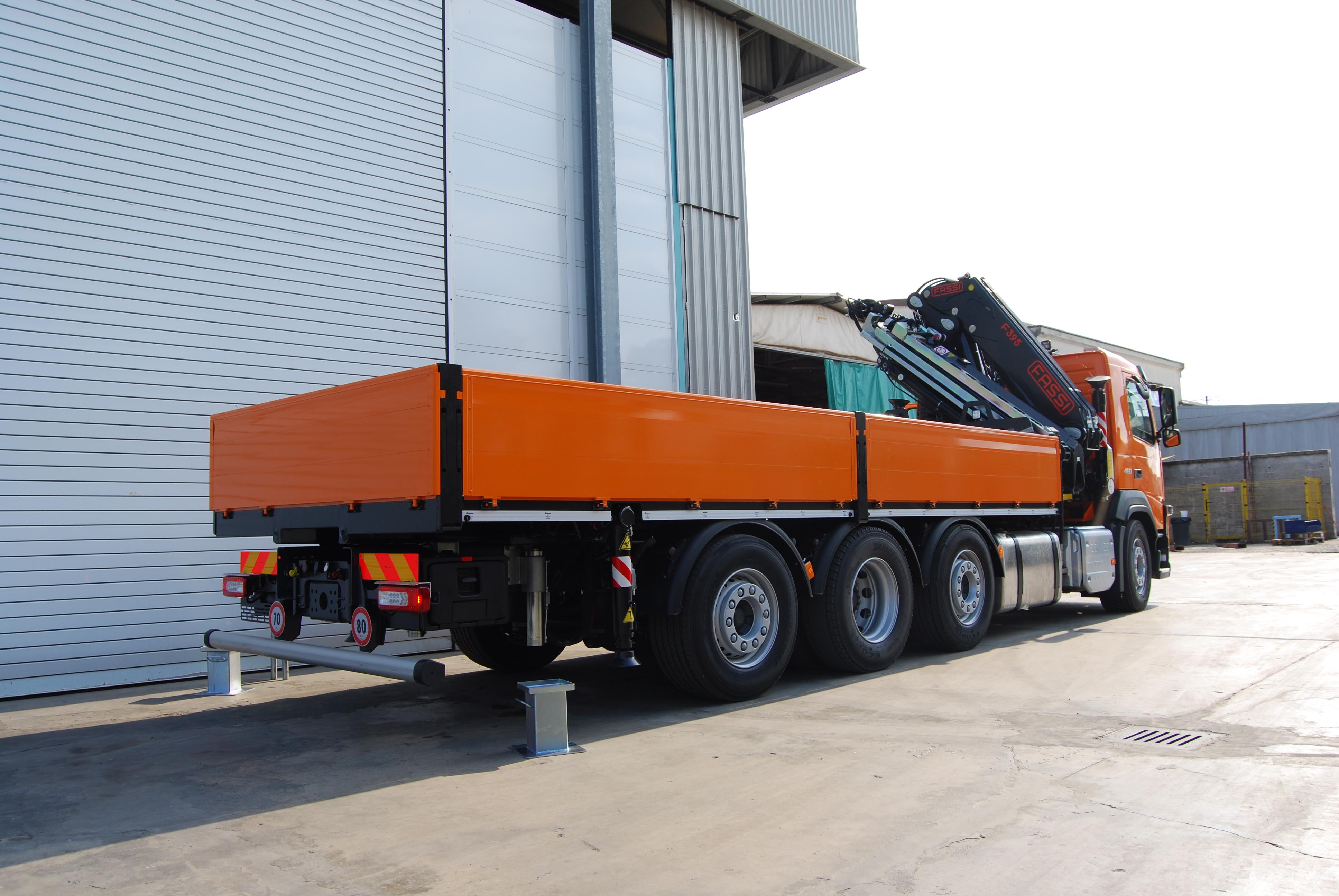 Gru reversibile su camion con cassone fisso
