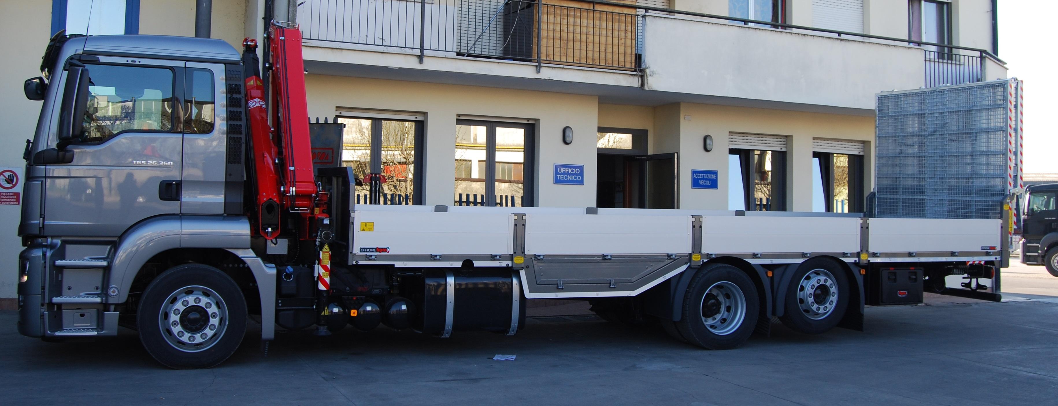 L'allestimento di un autocarro per il trasporto di trattori e attrezzature agricole