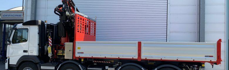 Allestimenti intercambiabili per gli autocarri di un'azienda di costruzioni.