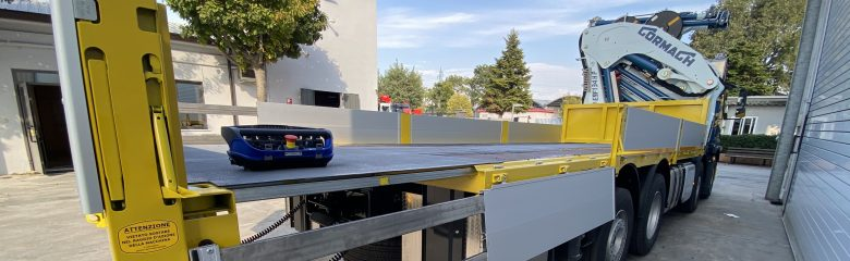 Allestimento per un'azienda di trasporto e movimentazione: cassone fisso con pianale allungabile e gru Cormach. Scopri il progetto.