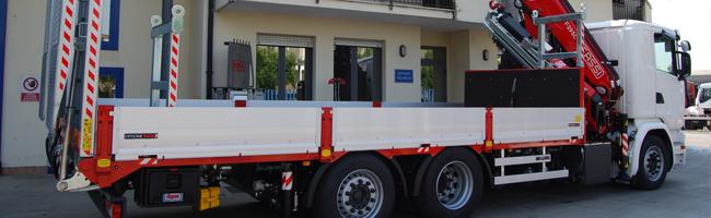 Allestimento speciale di un autocarro per trasporto barche, container e macchine operatrici